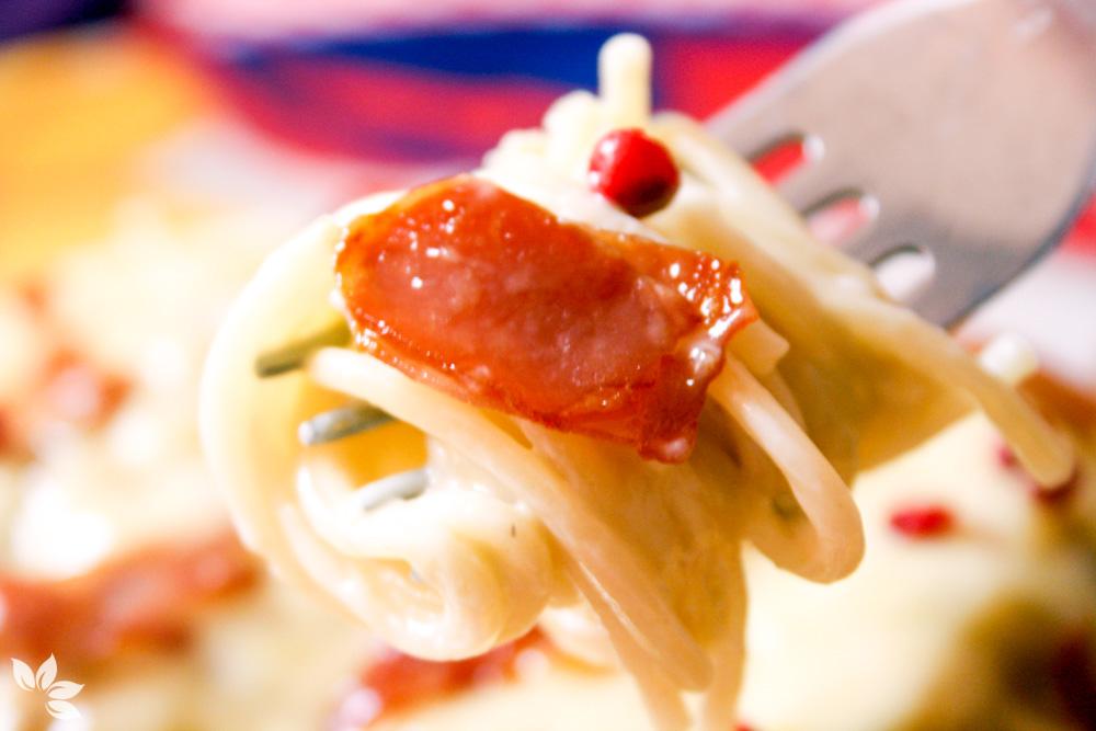 Receita de Spaguettini com crisps de presunto parma e pimenta rosa