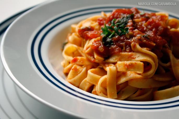 Talharim com molho de tomates