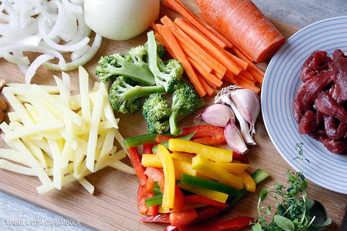 Bifum Macarrão Oriental com filé e legumes