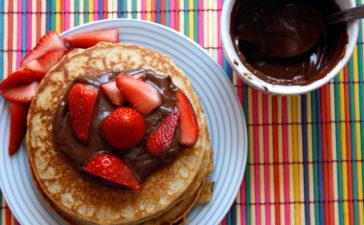 Receita de Panqueca Americana Integral com Morango e Nutella