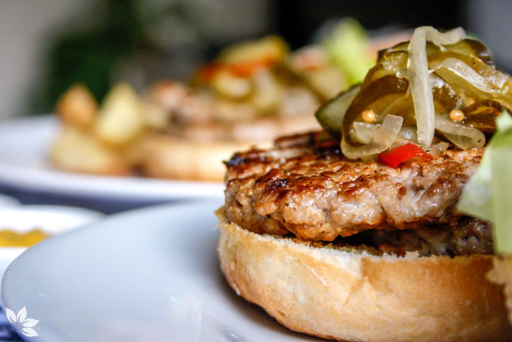 Hambúrguer de porco com relish de pepino