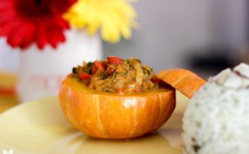 Moqueca de siri na mini moranga com arroz ao pesto