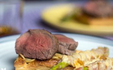 Tarteletes de bife Wellington com aspargos assados com bacon