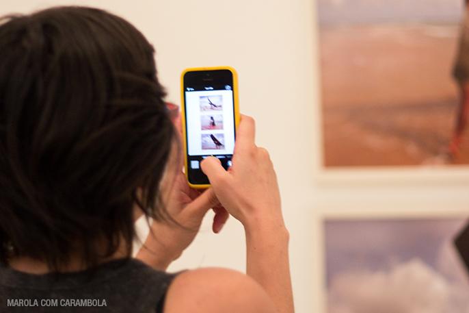 Amanda registrando a exposição no MAC - Dragão do Mar