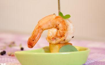 Petisco de camarões no azeite com cubinhos de queijo coalho
