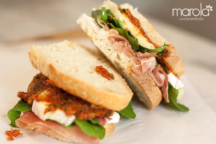 Sanduíche de presunto cru com molho de tomate seco
