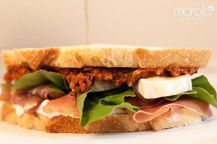 Sanduiche de presunto cru com molho de tomate seco