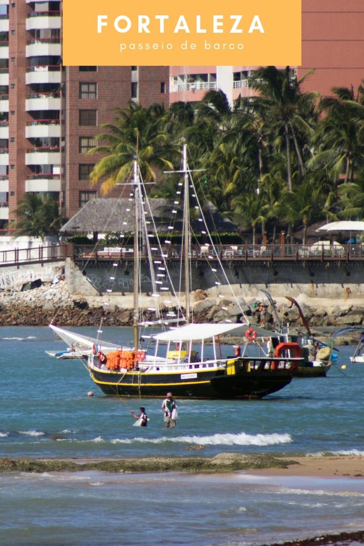 O passeio de barco em Fortaleza é um dos jeito de apreciar as belezas do litoral fortalezense com um lindo pôr do sol e o acender das luzes da cidade.