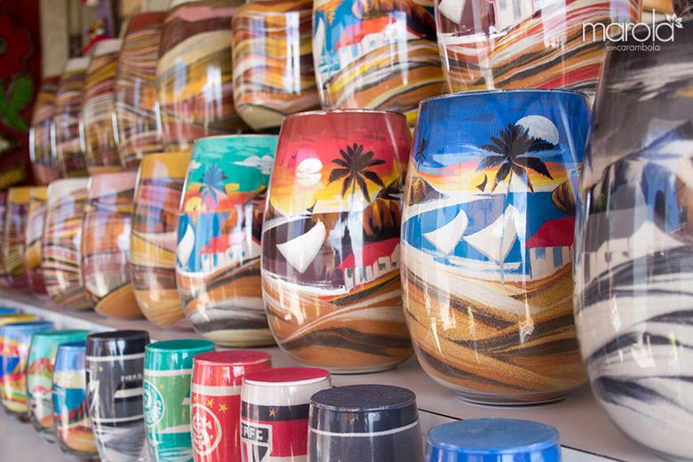 Esculturas em vidros com todas as areias coloridas da região