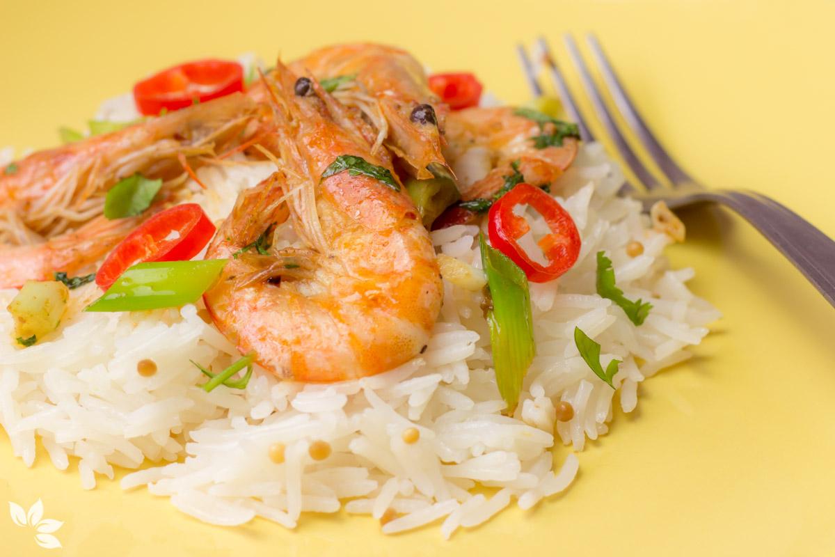 Camarão com especiarias asiáticas e arroz basmati