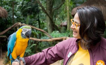 Parque das Aves - Amanda Fernandes segurando a Arara