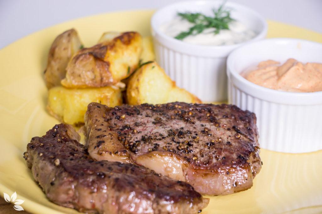 Receita de Bife Ancho com Batatas e Molhos Cremosos