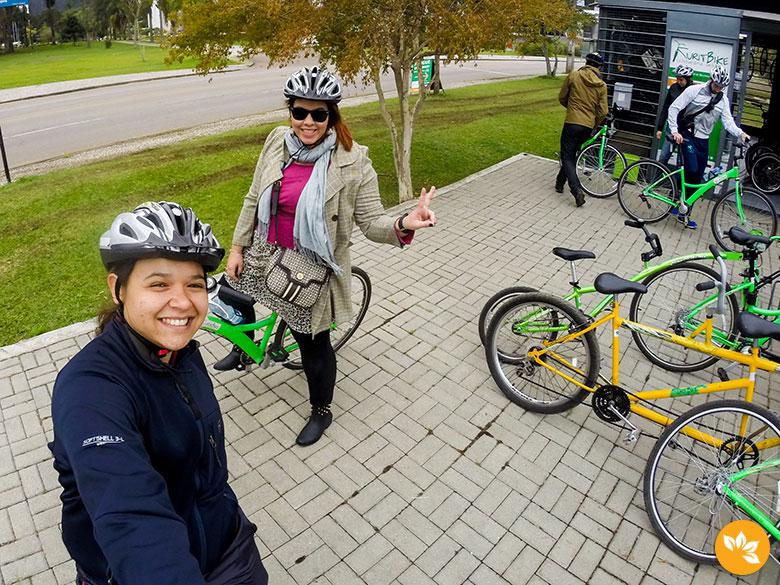 Eloah e Dani Polis curtindo o cicloturismo de Curitiba