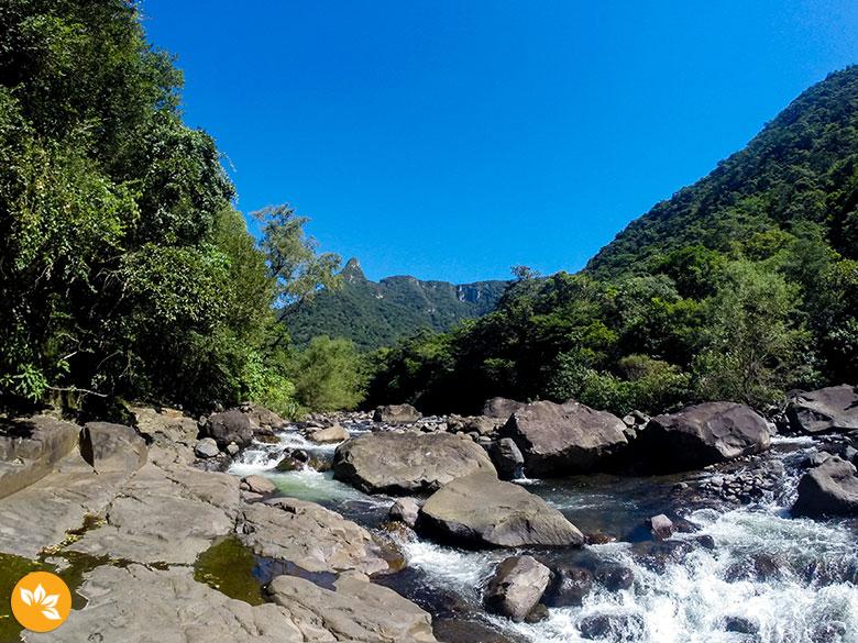 Trilha do Rio do Boi - enfrentando o rio e as pedras
