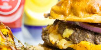Burger Juicy Lucy com Batatas Assadas ao Tomilho