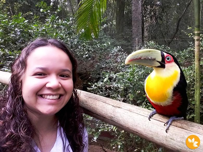 Eloah fazendo uma selfie com o tucano no Parque das Aves
