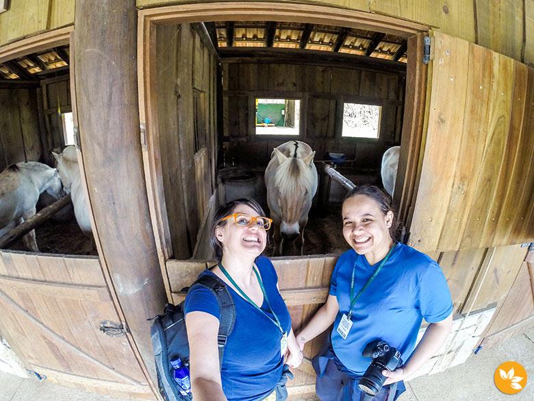 Eloah e Amanda no Fjordland Cavalgada Ecológica Pedra Azul