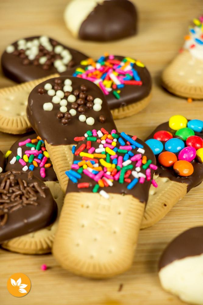 Biscoitos cobertos com Chocolate e Confeitos