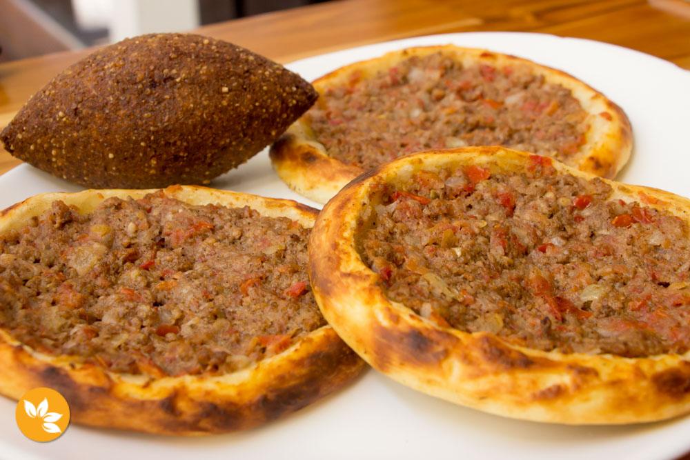 Farabbud - Restaurante Árabe em São Paulo - Esfiha folhada aberta de carne e kibe