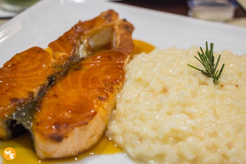Restaurante Waves - Salmão com Molho Pesto