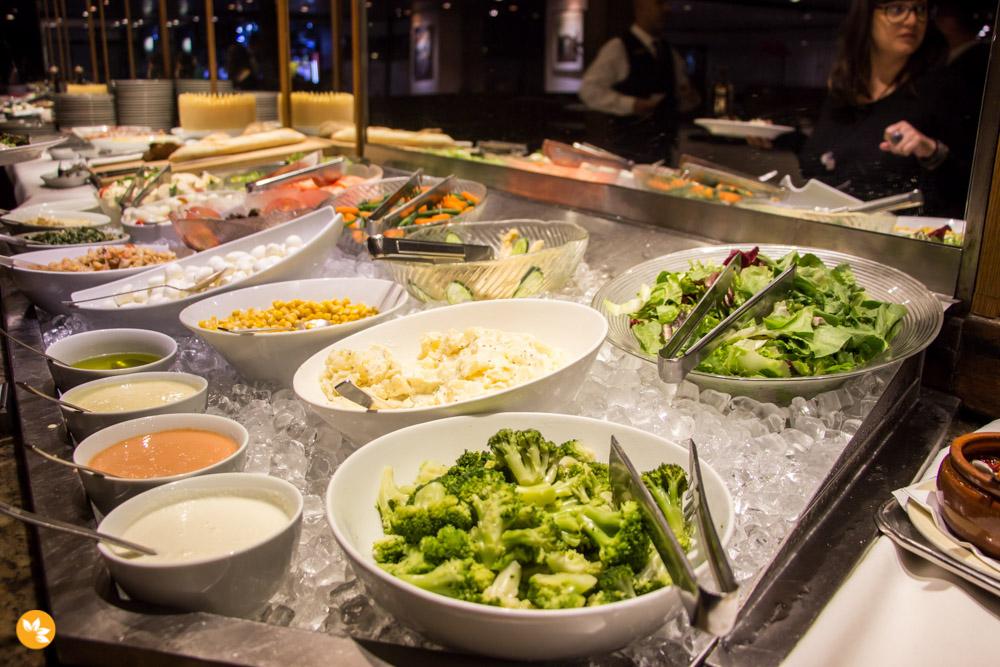 Buffet com saladas, frios, pães, sobremesas e frutas do Maksoud Plaza.