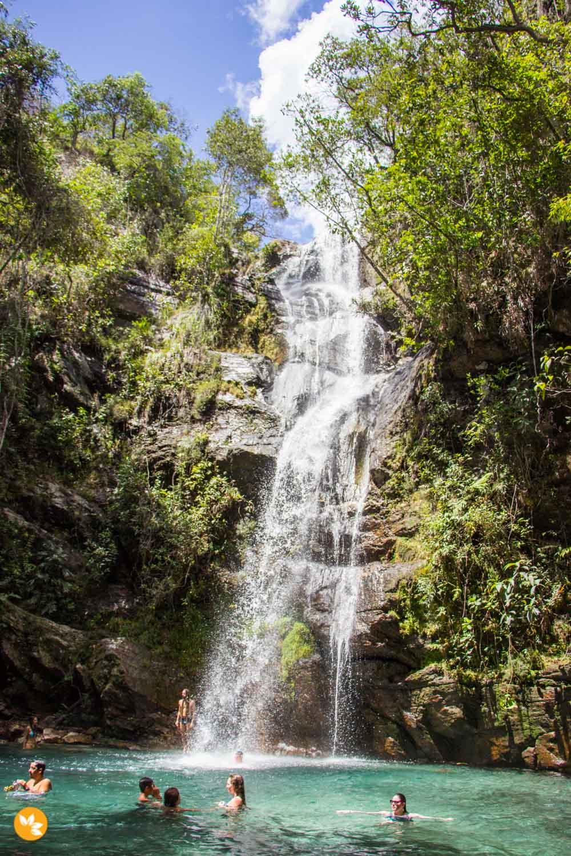 A Cachoeira Santa Bárbara tem a água cor turquesa