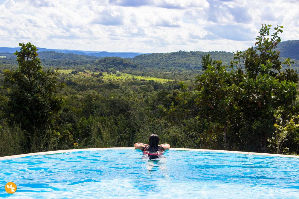 Amanda na piscina de borda infinita do Mirante do Cerrado