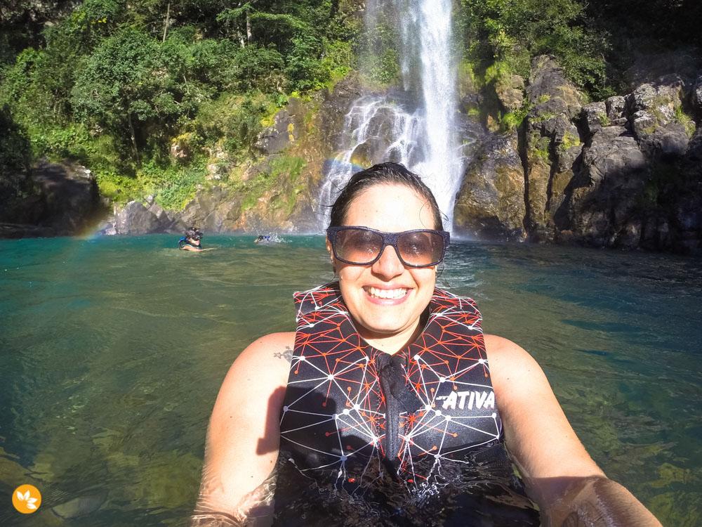 Amanda curtindo a cachoeira