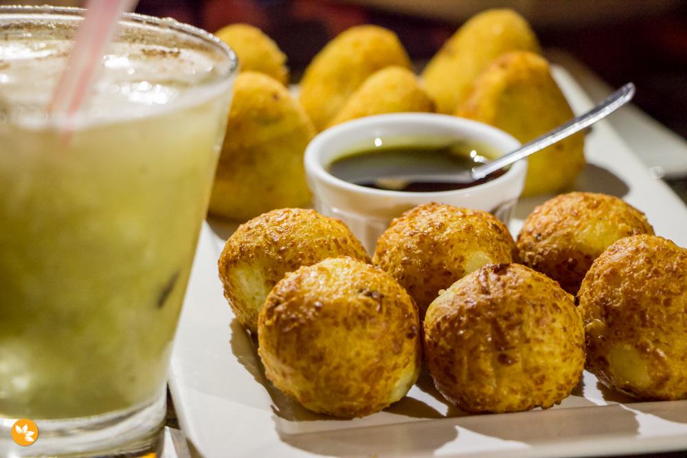 Brotas Bar - Bolinhos de queijo coalho com mel do engenho. Coxinhas artesanais de frango com catupiry. Caipirinha de Banana.