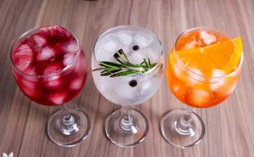 3 Receitas de Gin Tônica Gin Tônica com alecrim e zimbro. Gin Tônica com Aperol Gin Tônica com chá de frutas vermelhas