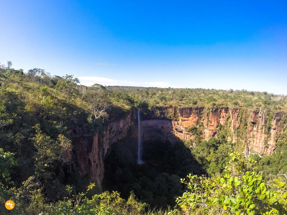 Imponente queda de 86 metros da Cachoeira Véu de Noiva na Chapada dos Guimarães