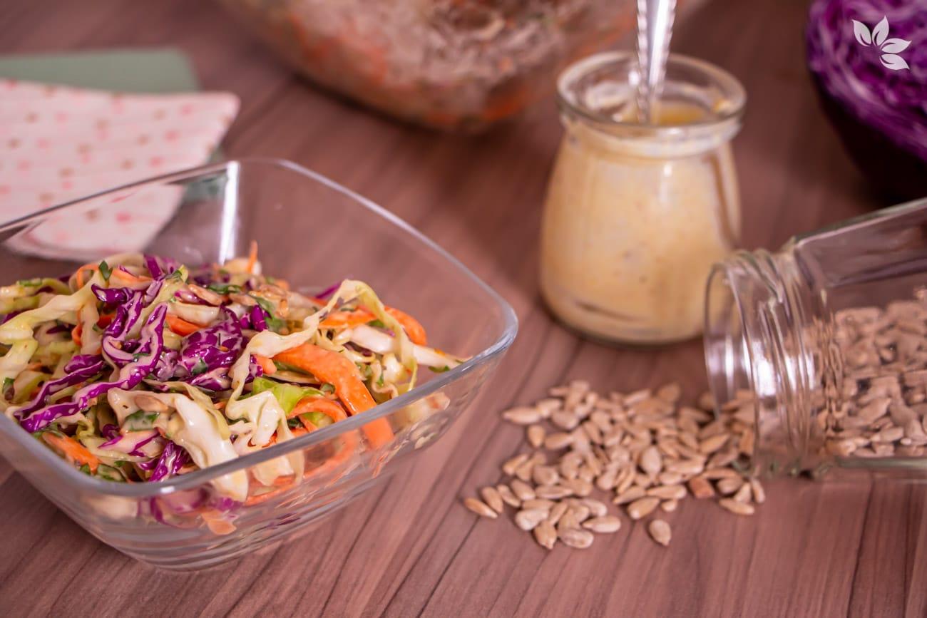 Como fazer salada de repolho com cenoura e maionese.