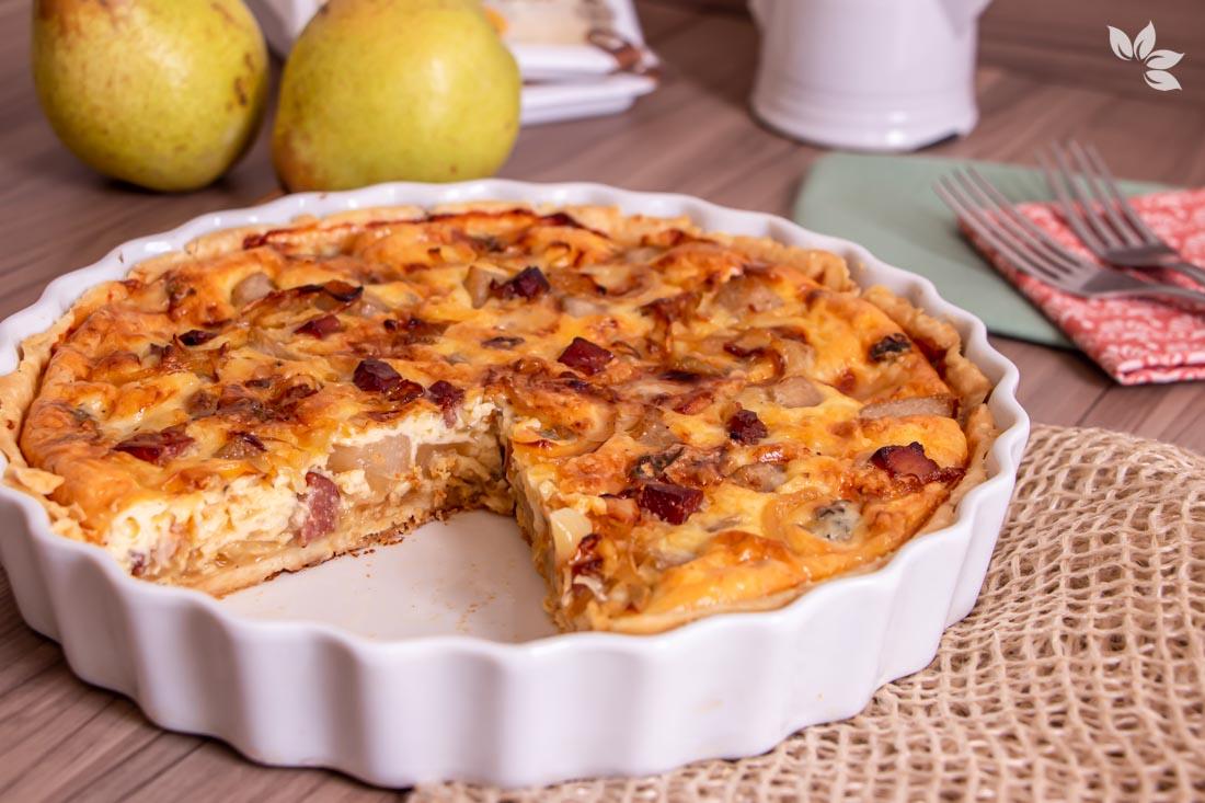 Receita de Quiche de Queijo Gorgonzola com Pêra, cebolas caramelizadas e bacon