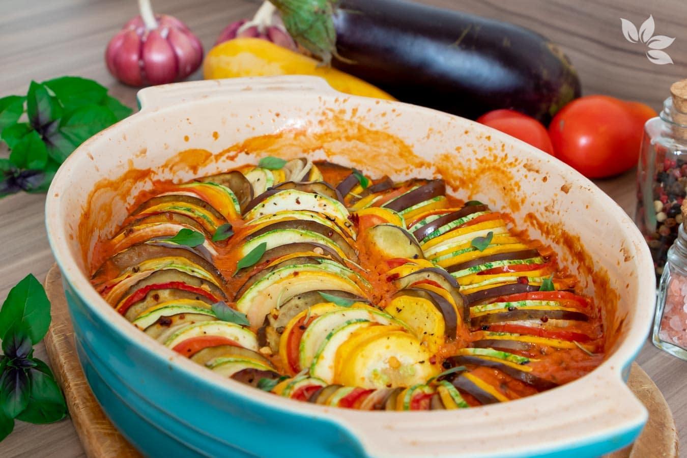 Receita de Ratatouille - legumes assados com molho de tomate.